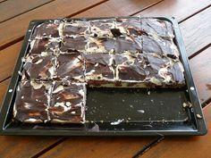 Prajitura cu crema de branza si ciocolata este un desert simplu si bun. Se face repede, nu-i complicat si este pe placul tuturor.