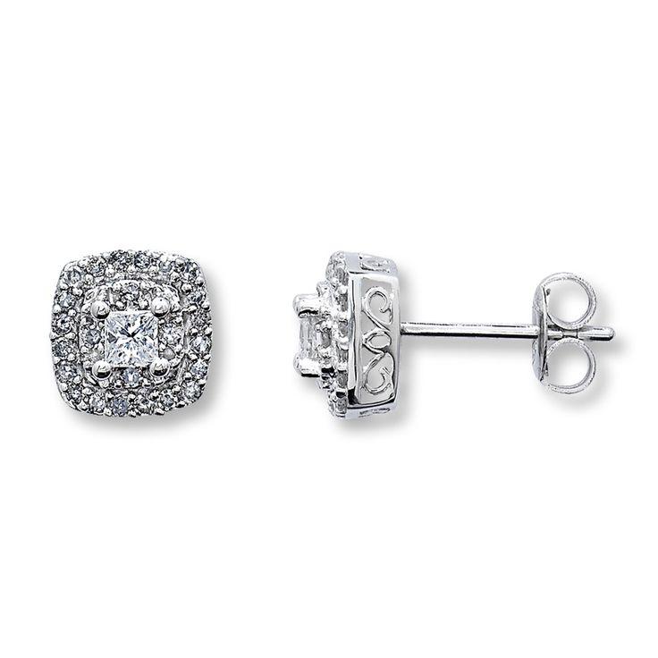 ダイヤモンド・フレームピアス 1/2カラット TWプリンセス/ラウンド10Kホワイトゴールド ¥160000 プリンセスカットとラウンドカットのダイヤモンドを集めスクエア型に仕上げたエレガントなピアス。 仕様 リング素材:10Kホワイトゴールド ダイヤモンド総重量:1/2 CT サイドストーン:2 PRINCESS-CUTS AND 48 ROUNDS サイドストーンカラー:HE サイドストーンクラリティ:I3 サイドストーンカットセッティング:PRONG SETTING  サイズ:H8.00mm x W5.00mm