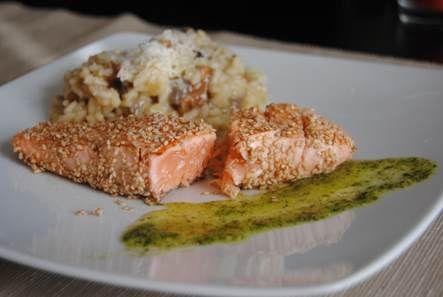 TATAKI DE SALMÓN: Láminas de salmón selladas en sésamo, sobre papa nativa y salsa de perejil.
