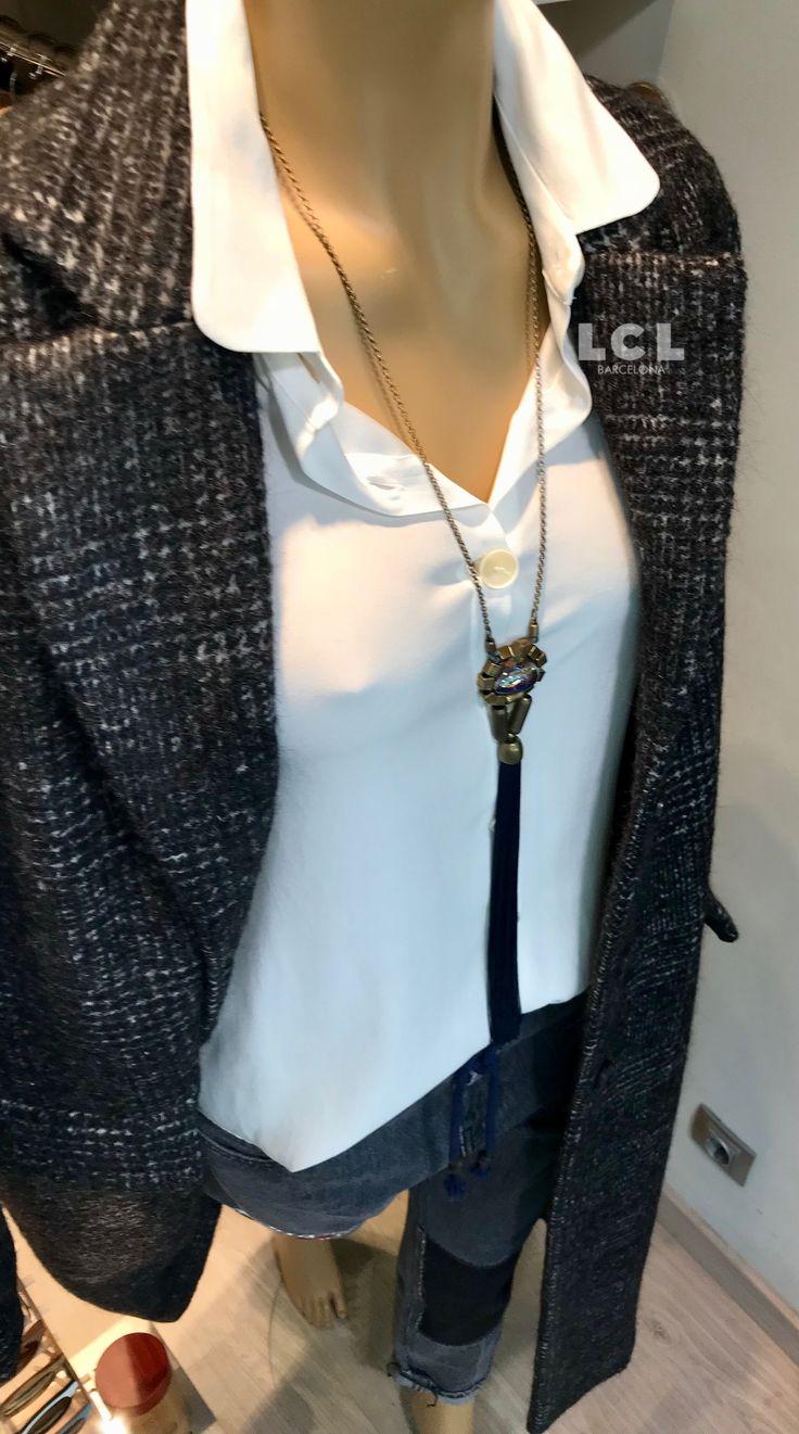 ¡Outfit top tendencia effortless chic! Apostando por la comodidad y la sencillez. Polder París nos propone un abrigo 100% lana de estilo masculino y corte largo. La camisa de seda elástica es de la marca Sita Murt, el pantalón elaborado de forma artesanal es de Pence 1979 y el collar de Mimi scholer. #effortlesschic #polderparis #sitamurt #pence1979 #mimischoler #lclbarcelona