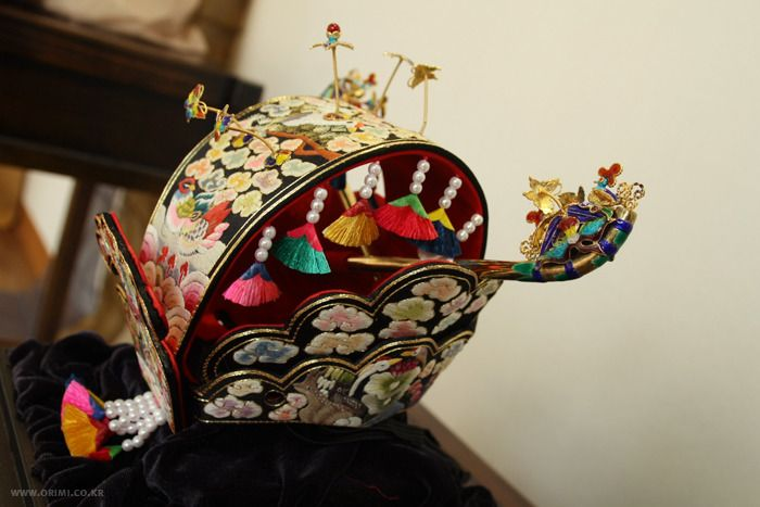 Detail view of a contemporary wedding crown worn to be with wedding hanbok. These were a Choson Dynaty innovation. #KoreanTextiles #DecorativeKoreanArt