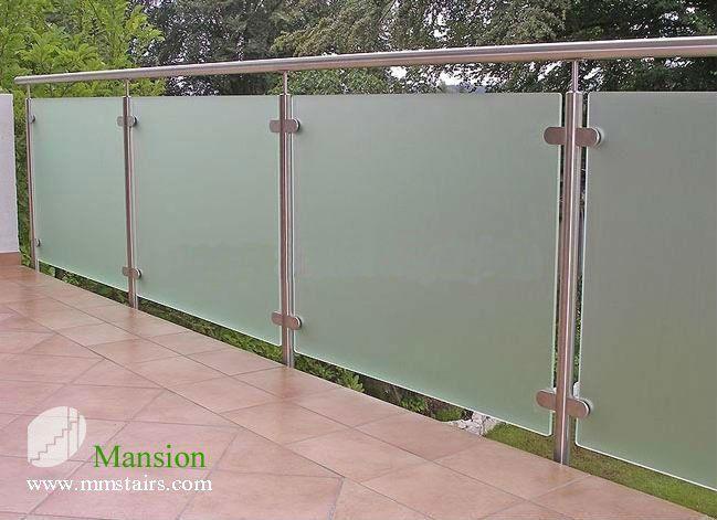 barandillas de los balcones de cristal al aire libre