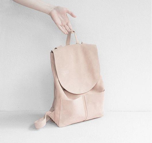 Rucksack aus Naturwildleder mit Magnetverschluss und zwei Außentaschen. Hier entdecken und shoppen: http://sturbock.me/17g