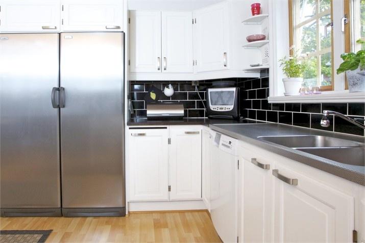 Kök med vitmålade luckor, handtag IKEA – Hus till salu: Vikene Solhagen, Brunskog, Arvika - Fastighetsbyrån