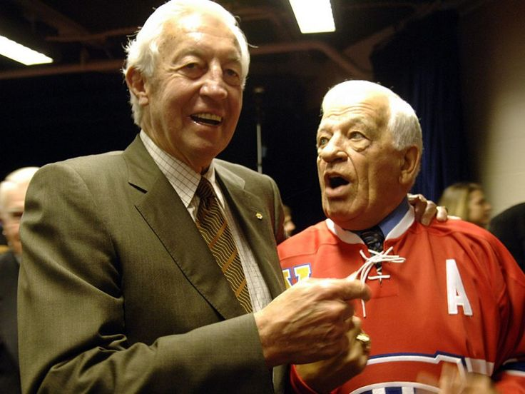 Jean Béliveau discutant avec Bernard Geoffrion lors de l'annonce du retrait du chandail de ce dernier.
