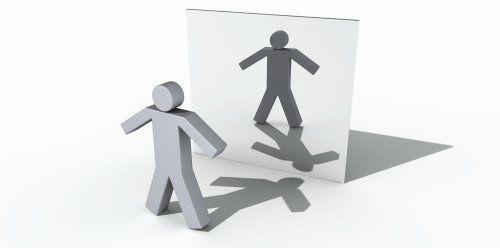 """TweetSpejl! """" Det er sandhed, at et spejl har den egenskab, at man kan se sit spejlbillede, når man står stille. Iler man hastigt forbi, så får man intet at se. Har man et spejl på sig, som man ikke fremtager, hvorledes skulle man så se sig selv? Således iler den fortravlede forbi, uden at …"""