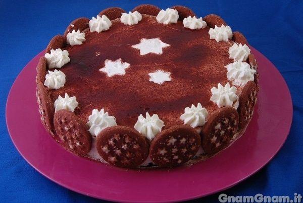 Torta pan di stelle -  Oggi vi propongo la ricetta della torta pan di stelle: si tratta di un dolce a strati dove si alternano pan di stelle bagnati nel latte, panna e nutella. Molte persone me l'hanno chiesta, e, approfittando dell'onomastico di mio fratello golosissimo di nutella e pan di stelle, ho ceduto. Anche se la torta pan [...]
