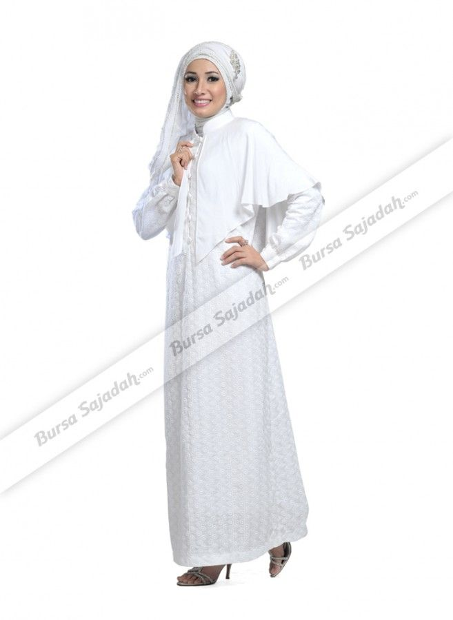 Gamis berwarna putih yang terlihat manis dengan kancing kainnya ini didesain khusus dengan motif spiral unik yang simple & menawan. Busana muslim wanita berbahan 100% katun ini juga dipercantik variasi kain menyelimuti bagian bahu yang membuatnya tampak casual & ideal untuk dipakai di tanah suci, sehari-hari, maupun di berbagai acara.