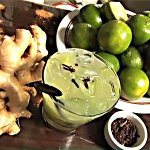 Aliados à tradicional caipirinha de limão, o gengibre e o cravo podem dar um gostinho especial ao seu drink. Veja essa receita diferente de caipirinha.