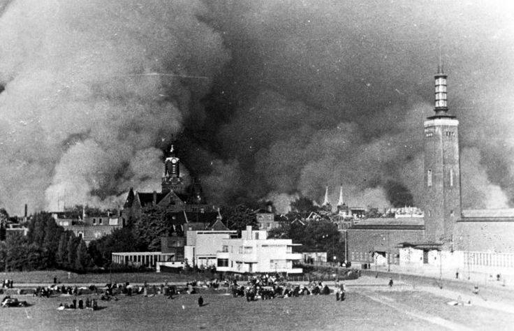 Rotterdam staat in brand bij de bombardementen aan het begin van de Tweede Wereldoorlog. Vluchtelingen komen samen op het veld bij Museum Boijmans, mei 1940. De foto komt uit het archief van Spaarnestad