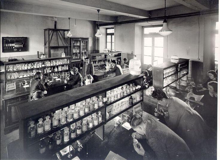 Laboratorio scolastico di chimica INDIRE-Patrimonio fotografico e Archivi dei progetti    Creative Commons: attribuzione-non commerciale-condividi allo stesso modo 2.5 Italia Sito web www.indire.