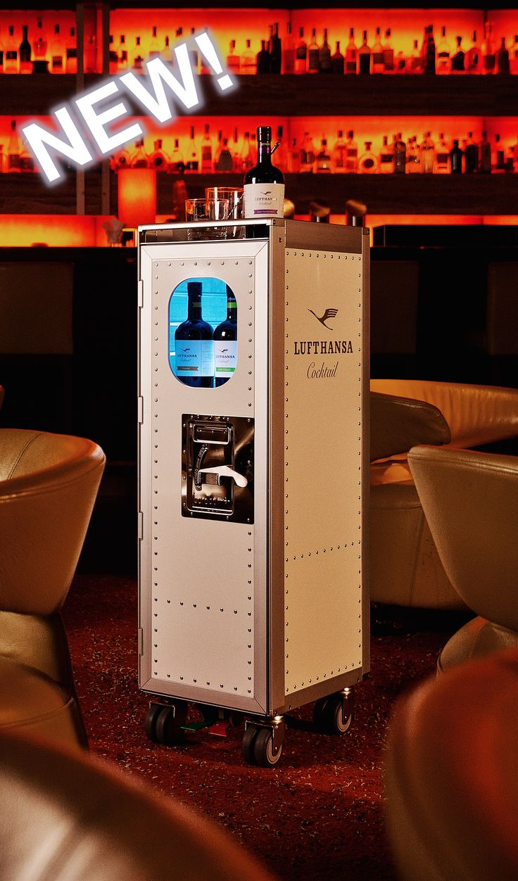 """Der bordbar Flugzeugtrolley """"Lufthansa Cocktail"""" ist einfach ein cooles Teil. Super als Bar in der Wohnung, Office oder auch Hotel  #bythom #bordbar #lufthansa #flugzeugtrolley #airplanetrolley #interiordesign #bar #cocktail #karmelitermarkt"""