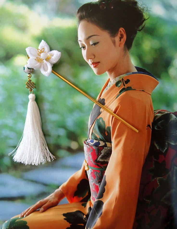 Pique à cheveux kanzashi avec fleur Tsumami blanche et pompon