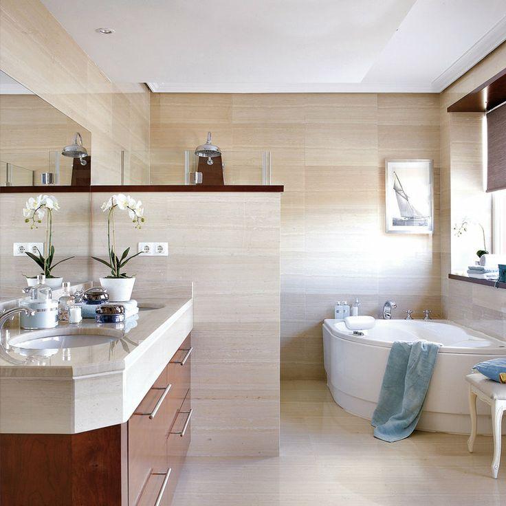 Baños Estilo Arabesco:Un baño dividido en tres zonas Toques en madera y discretas notas en