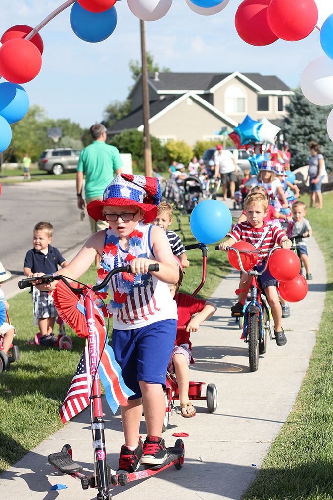 4th of July Children's Bike Parade Tradition with DIY balloon arch