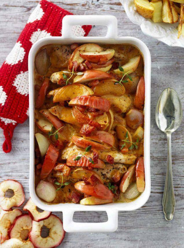 Låt kycklingen ugnssteka i en form med fläsk, äpplen och grädde.