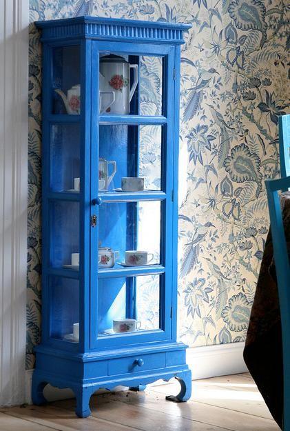 Cristaleira azul combinando com o papel de parede estampado