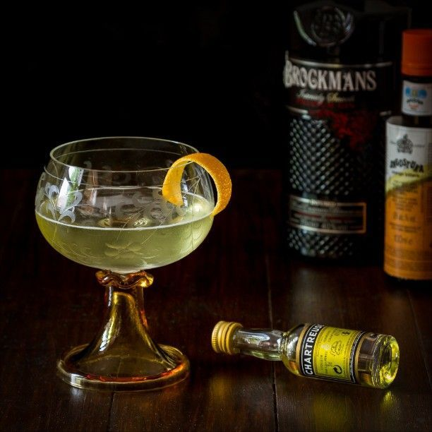 Alaska Cocktail: 75ml Gin (#Brockmans), 22ml Yellow Chartreuse, 30ml Fino, 3 dashes Angostura Orange bitters. Shake all ingredients with ice, strain and serve garnished with a little orange peel.