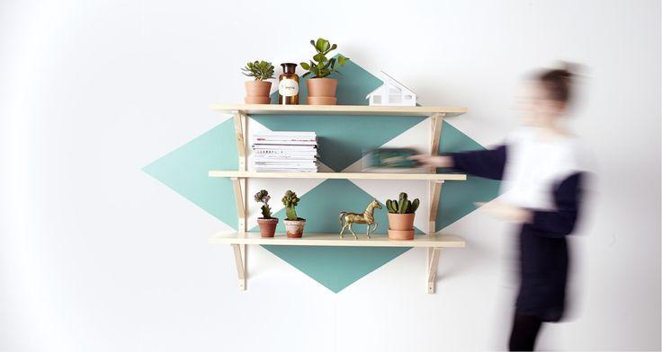 Kombinera EKBY konsoler och hyllplan till en vägghylla som passar din stil och dina behov