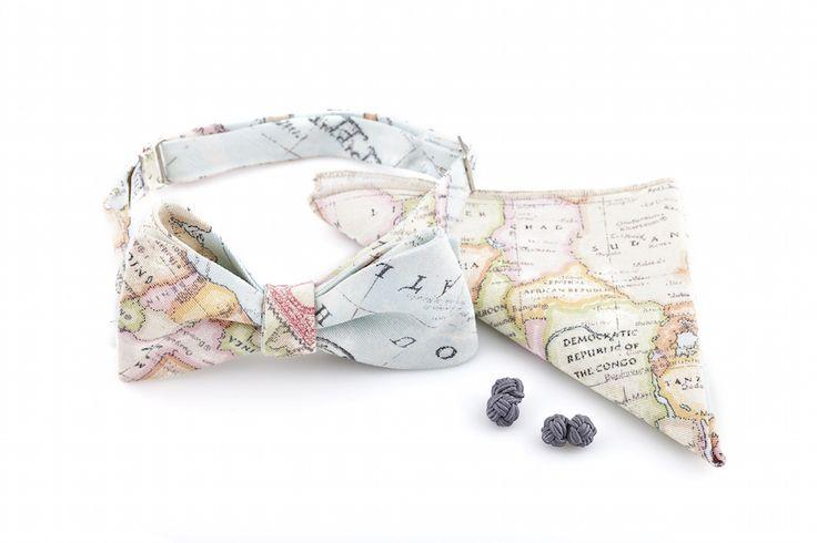 Oryginalny komplet z motywem mapy: muszka wiązana, spinki do mankietów oraz poszetka.  Do kupienia w sklepie internetowym Madame Allure!