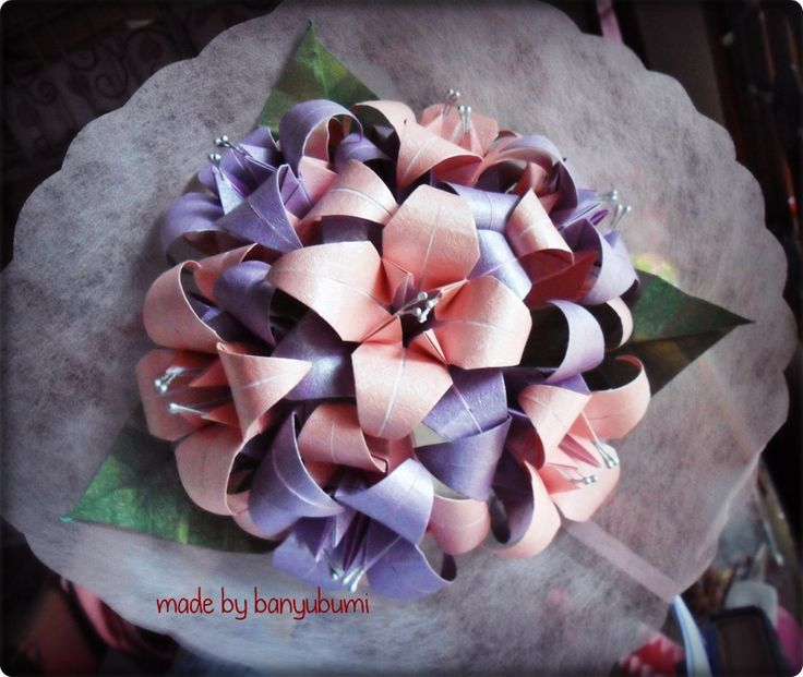 Lily origami bouquet | Pink & purple paper | Instagram @made_by_banyubumi | #origami #paperfolding #origamiflower #bouquet #flower #handmade #DIY #origamiwork