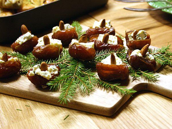Enklare och godare än så här blir det inte. Söta dadlar fylls med salt grönmögelost och knaprig mandel. Perfekt som glöggtillbehör.