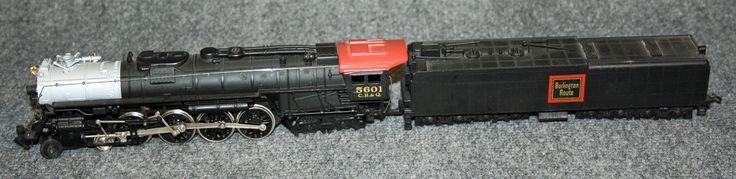 Locomotora de vapor Burlington: Locomotora de vapor Burlington 2-4-2 amb Tènder. És de color negre amb el sostre grana i amb el frontal platejat. Porta una inscripció groga dins un quadrat vermell on posa Burlington Route. La cabina assenyalada amb el nmbre 5601 en daurat. Locomotora de vapor Burlington: Locomotora de vapor Burlington 2-4-2 con Ténder. Es de color negro con el techo granate y con el frontal plateado. Lleva una inscripción amarilla dentro de un cuadro rojo donde pone…