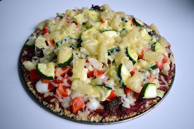 Recept voor pizza met havermoutbodem. Een gezonde, suikervrije pizza met een knapperige bodem van havermout. Lekker, gemakkelijk en goed voedend.