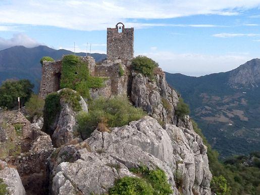 """CASTLES OF SPAIN - Castillo de Gaucín o del Águila,(Málaga), es una fortaleza de origen romano, situada en el municipio de Gaucín. Recibe el nombre """"del Águila"""" porque es frecuente la presencia de aves rapaces en la zona. Abd al Yabbar, hijo del Al-Mutamid, (Emir de Sevilla) conquistó el castillo en el siglo XI. En uno de sus asedios, en 1309, Guzmán el Bueno halló su muerte. Este fuerte fue conquistado definitivamente por la tropas cristianas en 1485."""