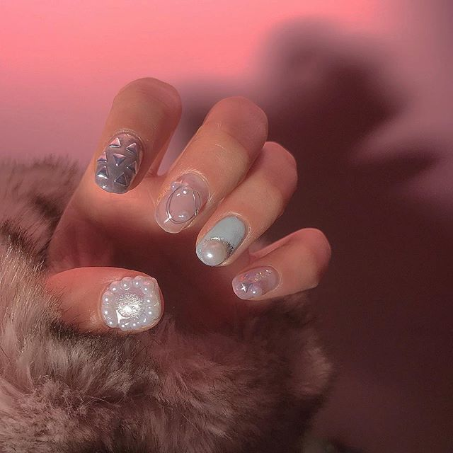 🙆💅🏻🍒🍒 ㅤㅤㅤㅤㅤㅤㅤㅤㅤㅤㅤㅤㅤ おはようございます〜っ ㅤㅤㅤㅤㅤㅤㅤㅤㅤㅤㅤㅤㅤ 今の リアルなnailちゃん♩ パール 本当好きすぎて あるのに買っちゃう病気💉 人差し指のスタッズとワイヤーは 100均で 揃えました〜〜 ㅤㅤㅤㅤㅤㅤㅤㅤㅤㅤㅤㅤㅤ #nail #nails #アシンメトリーネイル #セルフネイル #セルフジェルネイル #ジェルネイル #お洒落さんと繋がりたい