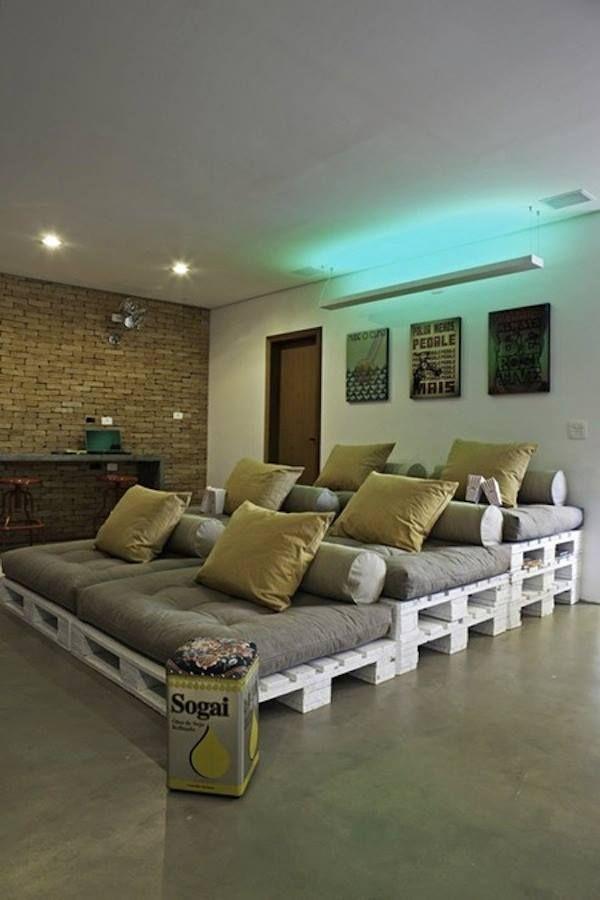 Sala de cinema com paletes para o sofá.