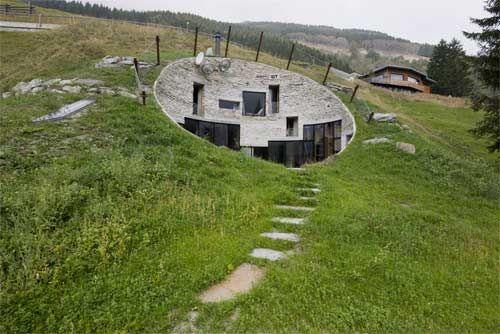 Casa sotto terra scavata nella roccia in Svizzera