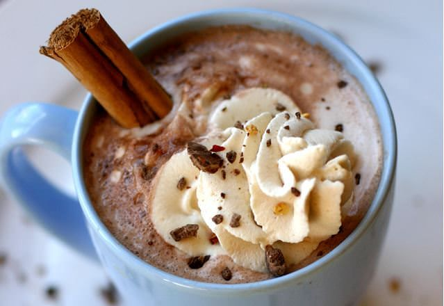 Sokféleképpen készíthető fűszeres forró csoki, íme, egy (nálunk) bevált recept. Bátran lehet kísérletezni a fűszerezéssel! Hozzávalók 2 adaghoz 4 dl tej 1 dl tejszín 3 teáskanál nem cukrozott kakaó…
