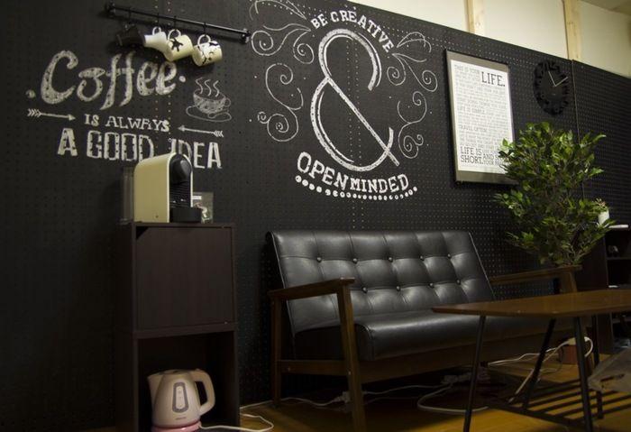 こちらはディアウォールの柱に、黒板塗料で塗装したペグボードを打ち付けたDIYの壁面。壁にはバーをつけてカップを吊るし、ソファの脇にはコーヒーマシン。仕上げにチョークアートを描いて、自分だけのカフェスペースのできあがり。
