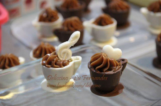 Xícaras de chocolate com creme de brigadeiro e enfeites comestíveis
