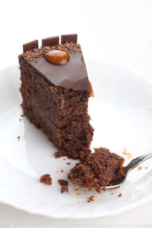 Ne pravim torte često, par puta godišnje, uglavnom za rođendanske potrebe. Reforma  i Medovik  su mi najomiljenije i najuvežbanije to...