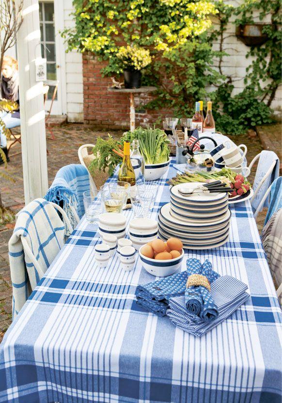 Skapa sommarkänsla med klassisk new england-inredning. Tänk blått och vitt, Ralph Lauren, Lexington, mängder av kuddar i både säng och soffa. Fräscht och somrigt!