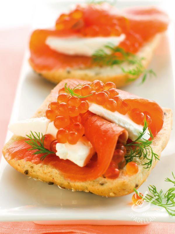 Crostini con caviale e salmone affumicato: se avete programmato una cena raffinata di pesce, servite questo elegante e facilissimo antipasto!