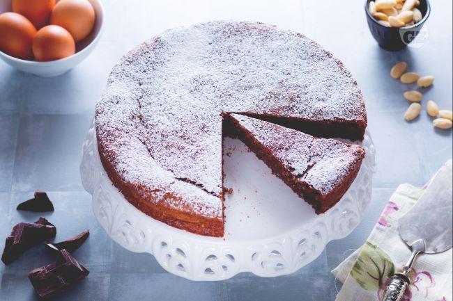 La torta caprese è un antico dolce napoletano, originario dell'isola di Capri, una delizia a base di cioccolato e mandorle senza l'aggiunta di farina!