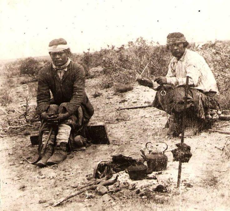 1890's Mapuches tomando mate en la pampa, mientras se cocina la carne al asador