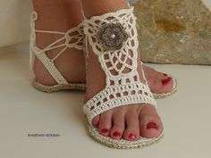 Confortable sandals for the next summer! You can wear them on the street, or inside as slippers. The pattern is backed with many pictures and step-by-step explanation. It is suitable even for beginners. The following knowledge is presupposed: chain, slip | ☂ᙓᖇᗴᔕᗩ ᖇᙓᔕ☂ᙓᘐᘎᓮ http://www.pinterest.com/teretegui