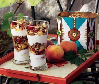 Honungsrostad havre är mycket användbart! Bjud till frukost med fil eller yoghurt, servera som mättande mellanmål eller en fantastiskt god dessert varvat med frukt och bär.