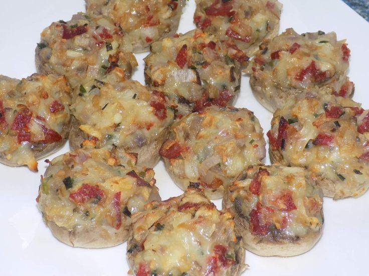 Ingrédients: 12 champignons de paris 25g de pepperoni de dinde ou chorizo de jambon (1er prix leclerc 7,5%mg) 2 échalotes 1/2 gousse d'ail 2 brins de ciboulette 2 cuillères à soupe de fromage blanc 0% 30g de bridelight râpé 5 gouttes d'arôme parmesan...