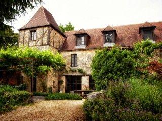 Un hameau romantique avec des jardins luxuriants sur une colline.Location de vacances à partir de Les Eyzies de Tayac Sireuil @HomeAway! #vacation #rental #travel #homeaway