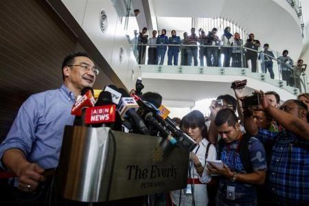 4月1日、マレーシアの航空当局は3月31日に、消息を絶ったマレーシア航空MH370便の操縦室と地上管制の最後の交信内容について、当初の発表を変更した。写真左は同国のヒシャムディン運輸相代行。プトラジャヤで3月撮影(2014年 ロイター/Athit Perawongmetha) ▼1Apr2014Reuters|不明機からの最後の交信内容、マレーシアが公式発表を変更 http://jp.reuters.com/article/worldNews/idJPTYEA2U08R20140331 #mh370 #mas #B777200 #MalaysiaAirlines