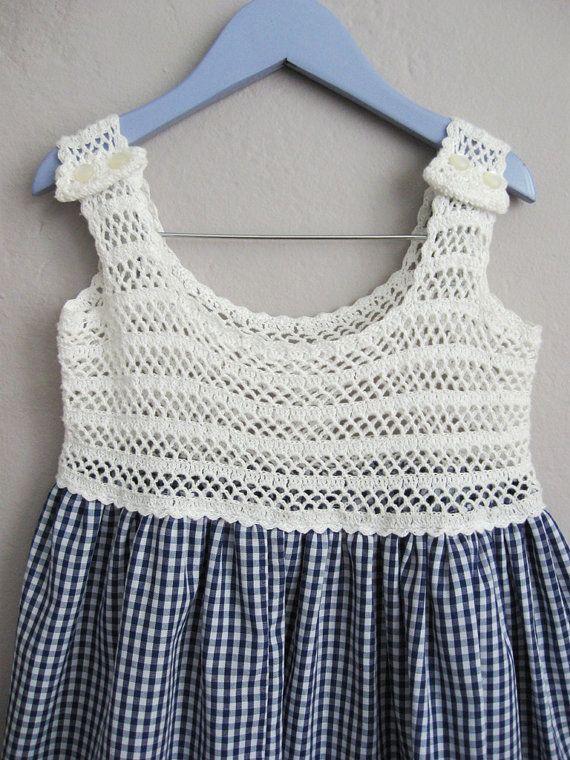 Vintage jaren 1970 blauwe en witte pastel jurk, met wit gehaakt bodice. Twee kleine kunststof crème knoppen accent elke schouder (kan worden verwijderd om een beetje meer lengte geven de bandjes). De pastel is een poly-mix, rimpel bestendig en duurzaam. De zoom van de rok is met gehaakte kant getrimd. Perfect voor een mooie zomerdag.  Chest - 25 Lengte - 24 Geschatte Kinder maat 3-5  Label - geen  In uitstekende vintage staat met geen gebreken te merken.  Meer vintage Kinder kleding hier…
