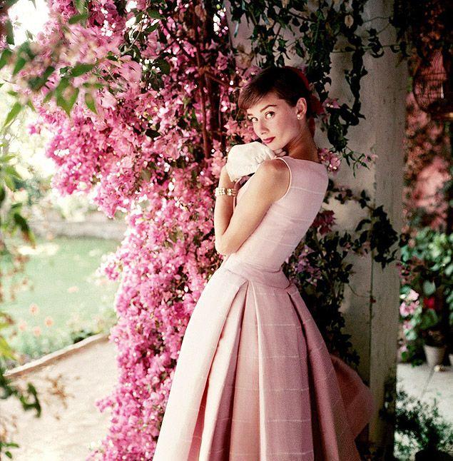 Audrey Hepburn com um vestido Gyvenchy