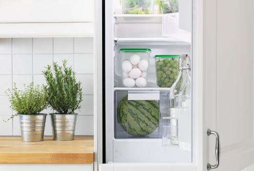 Mantenham o frigorífico arrumado, colocando os alimentos dentro de recipientes próprios. Assim, reduzem o tempo de abertura do frigorífico, que é responsável por 20% do consumo total deste equipamento.