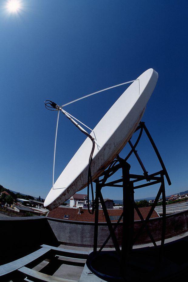 Cómo alinear una antena parabólica sin un medidor