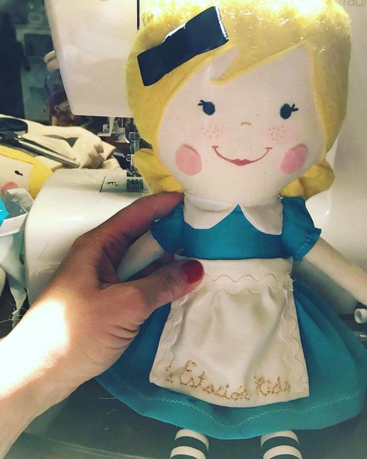Feliz Domingo!!! Esta tarde os mostraremos la decoración final de la fiesta de Alice in Wonderland... Pero mirad que Alicia mas especial nos han hecho unas artistas para la ocasión!!! #laestacionkids#laestaciondelnorte #aliceinwonderland #aliceinwonderlandparty #cumples #bilbaocentro
